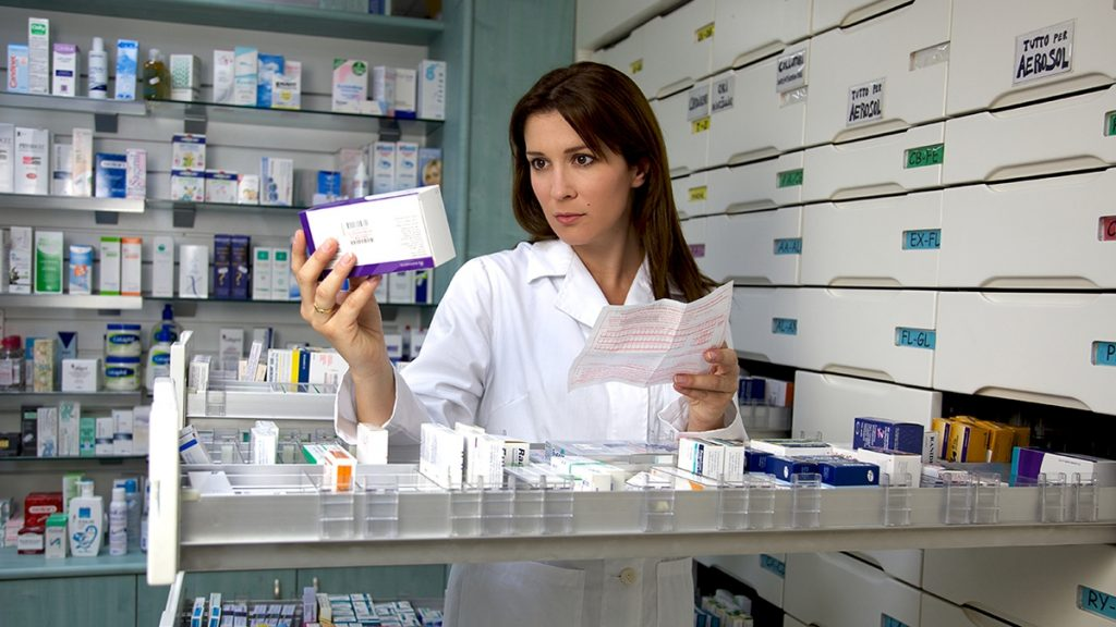 Enfermera teniendo medicamentos