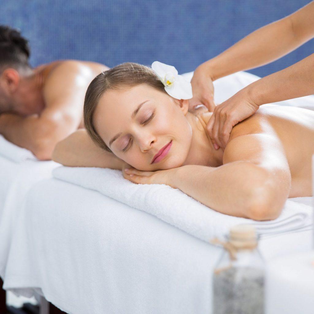 Curso de Masajista GRATIS con Certificado mujer recibiendo masajes