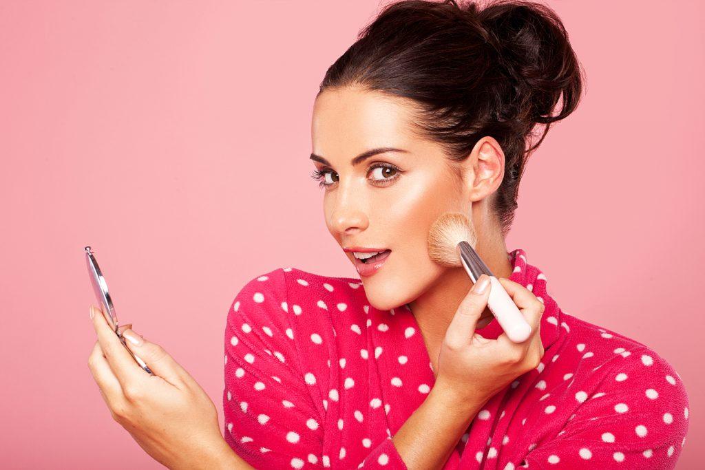 Curso de estilista GRATIS mujer maquillándose
