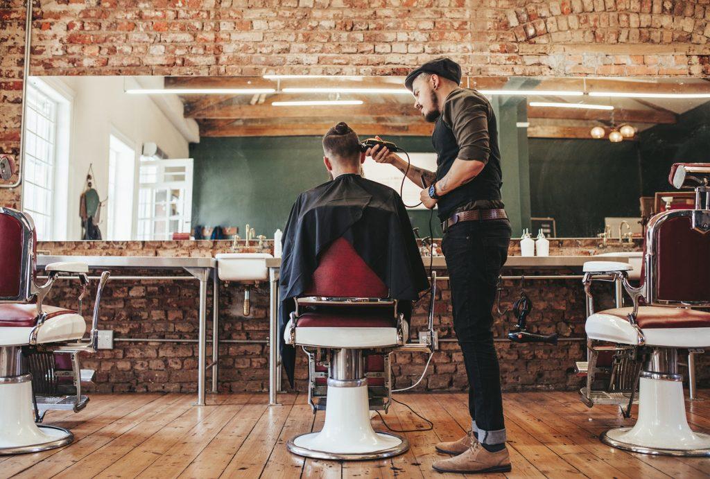 Barbero cortando el pelo a un hombre | Curso de barbería gratis