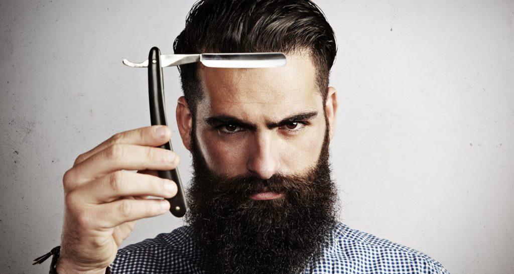 Curso de barbería gratis 2 | hombre con una navaja