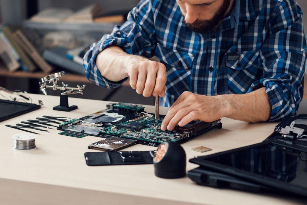 Hombre reparando una PC