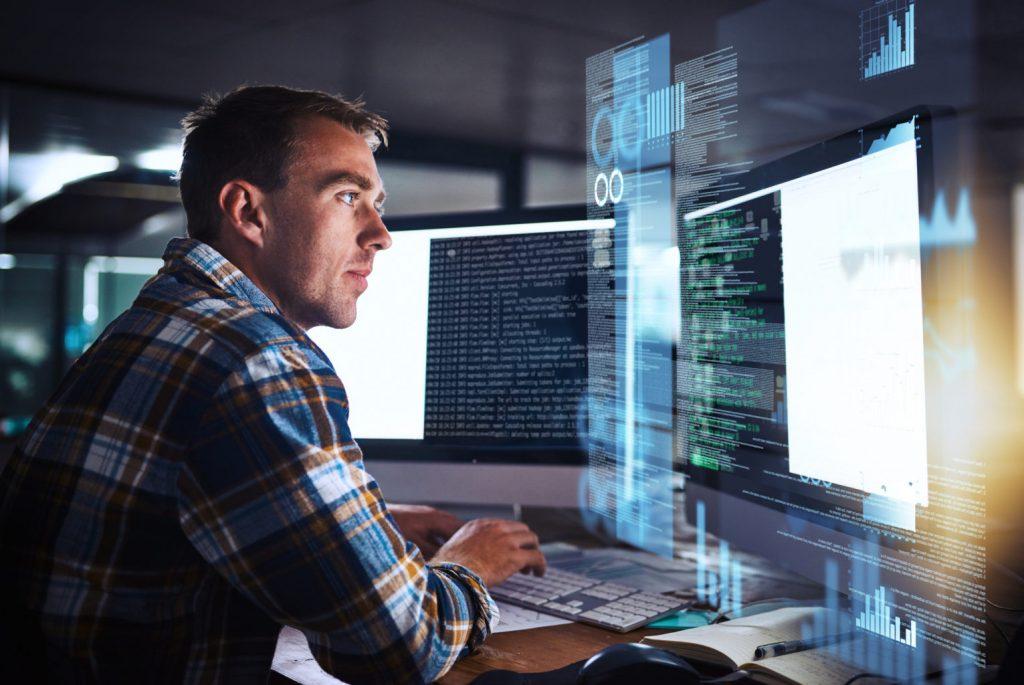 Programador frente a una pantalla