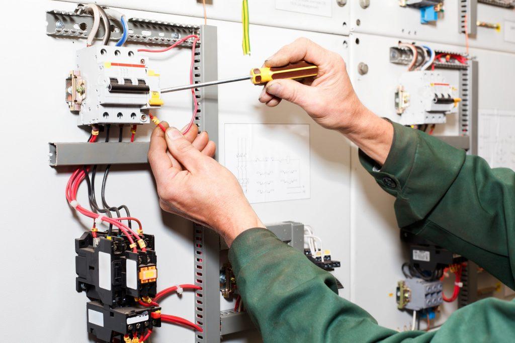 hombre trabajando de electricista
