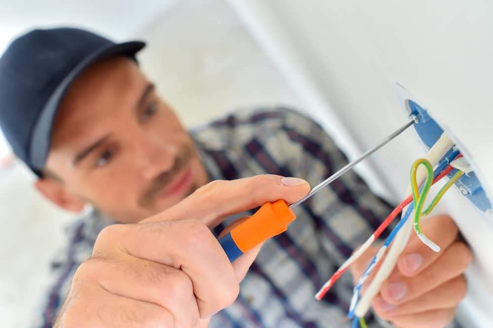 Electricista trabajando curso gratis con certificado