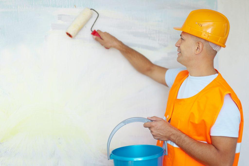 Curso de pintor gratis | Hombre pintando pared